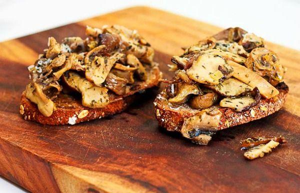 Hongos o setas o champiñones en tostadas
